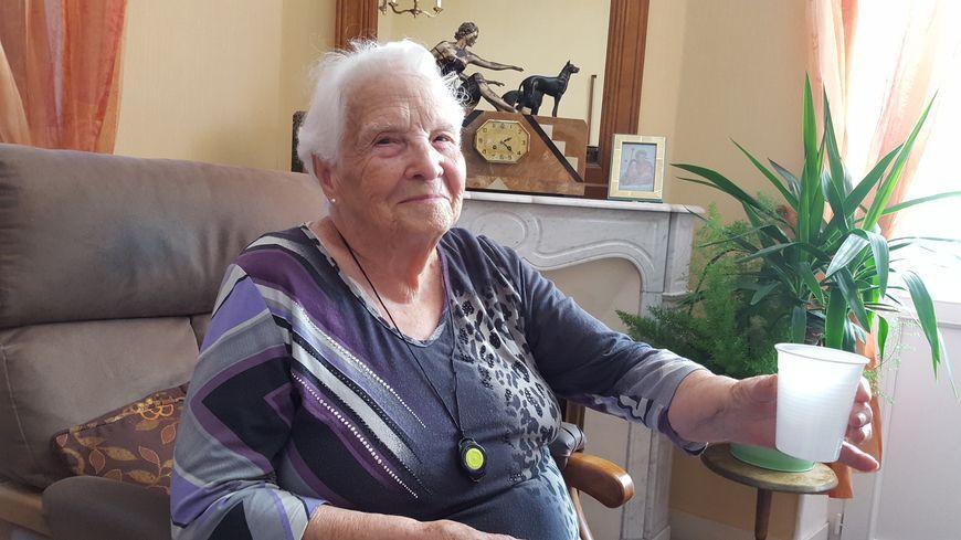 Yvette, 92 ans, boit trois litres d'eau par jour pour éviter les coups de chaud.