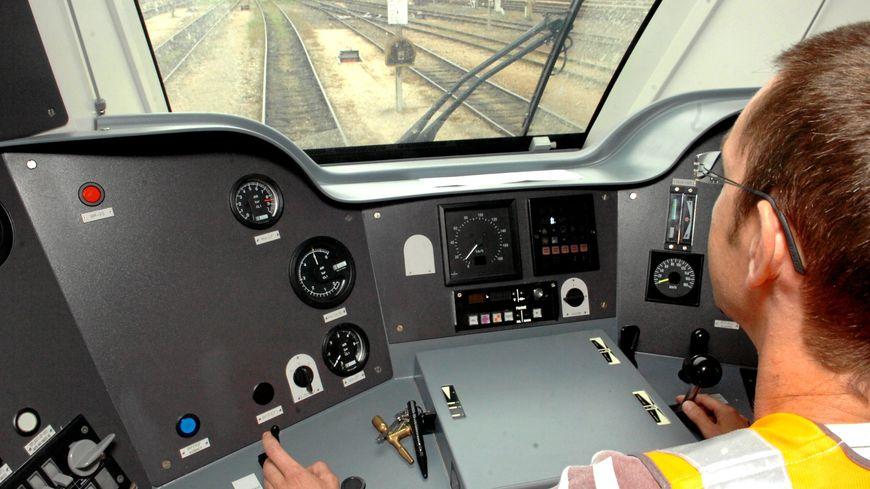 Un conducteur de TER aux commandes