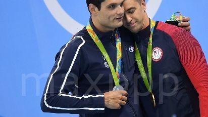 Florent Manaudou médaillé d'argent congratule l'américain Anthony Ervin champion olympique du 50 mètres
