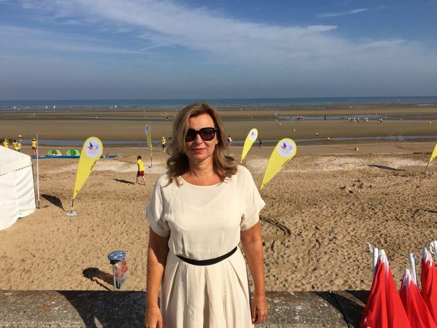 """Valérie Trierweiller est la marraine à Cabourg de la journée des """"oubliés des vacances"""" - Radio France"""