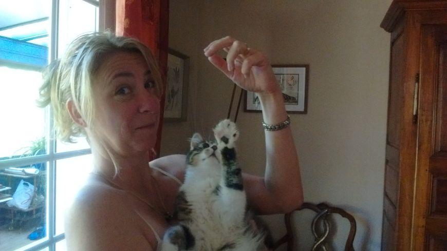 Sandra, bénévole, avec l'un de ses chats