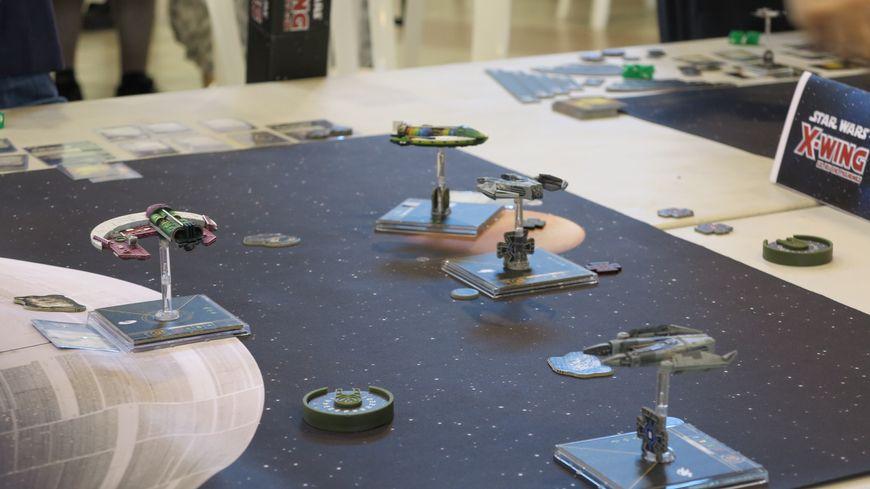 Chaque joueur possède ses propres vaisseaux inspirés de la série, à aligner sur le tapis de jeu.