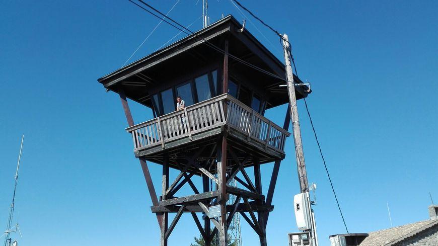 La tour de guet offre une vue à 360° du Mézenc au Ventoux