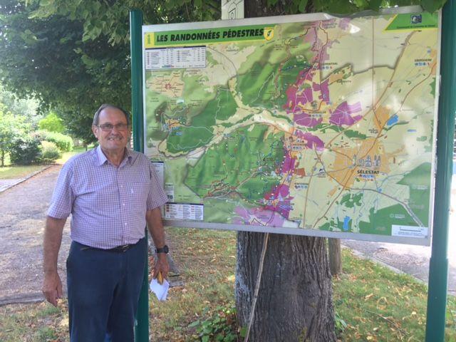 Aimé Buecher devant le plan des randonnées de La Vancelle - Radio France