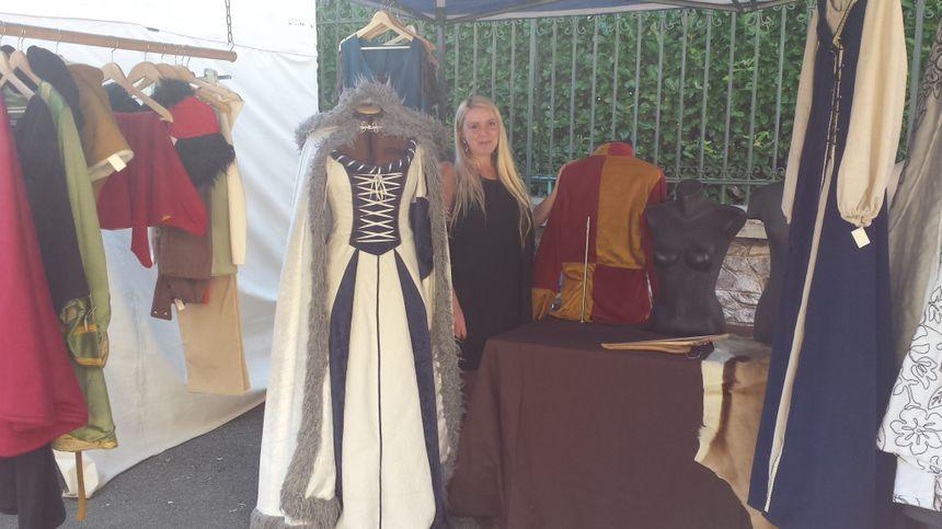 Charlène qui confectionne des costumes médiévaux - Radio France