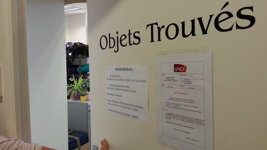 Derrière la porte du service des objets trouvés de la gare de Rennes, des trésors parfois surprenants.