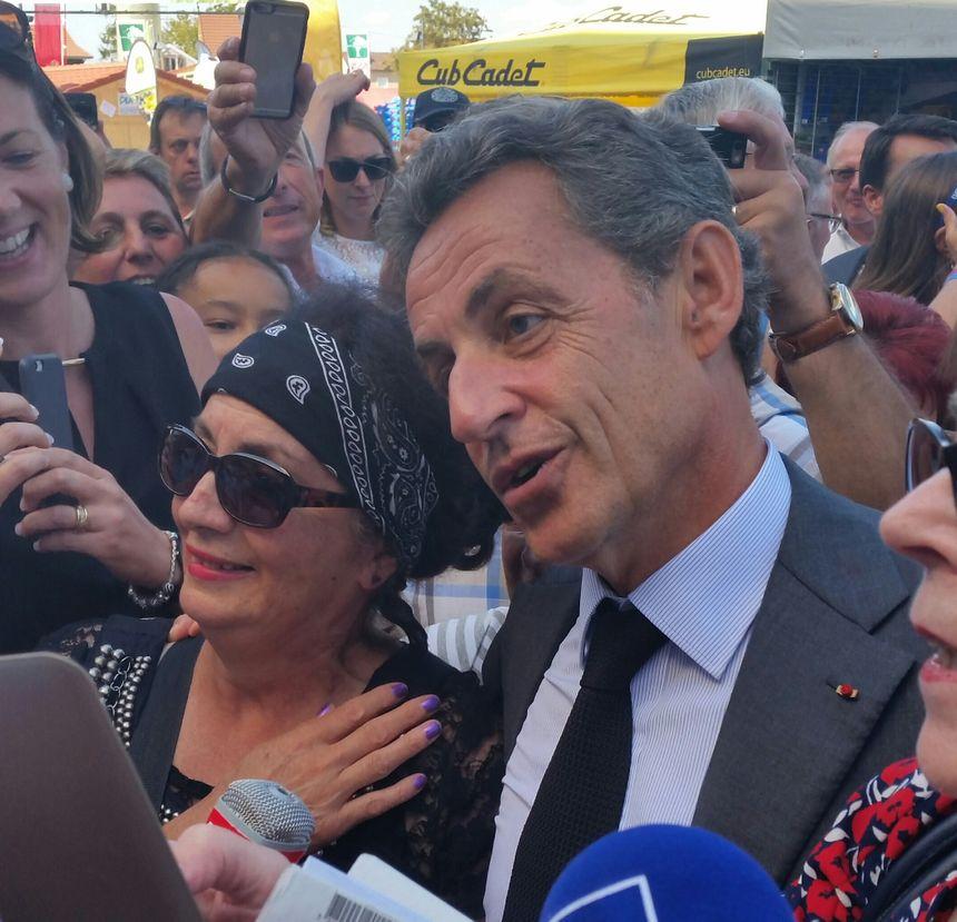 Nicolas Sarkozy s'est prêté au jeu des selfies et des accolades - Radio France