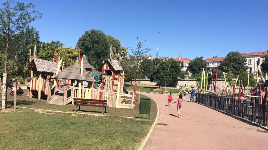 Au parc Jouvet, à Valence, certains grands-parents sont épuisés par leurs petits enfants pendant les vacances.