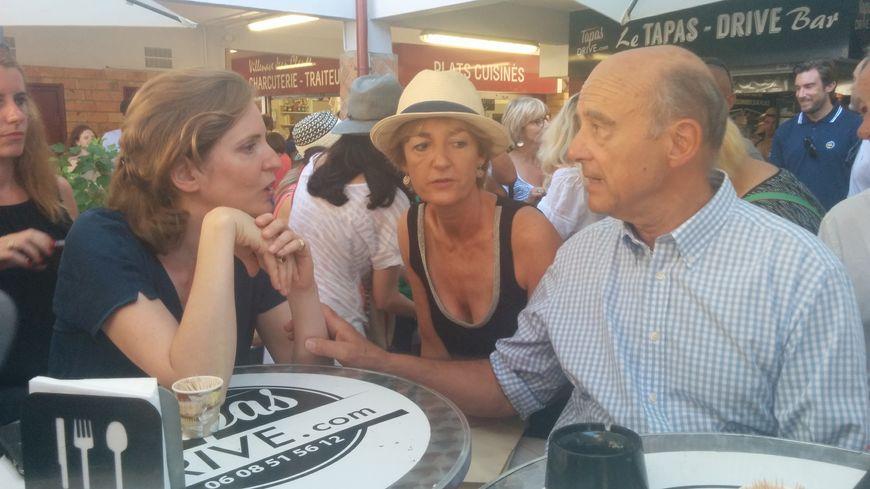 Nathalie Kosciusko-Morizet, Alain Juppé et son épouse prennent un café à Hossegor.