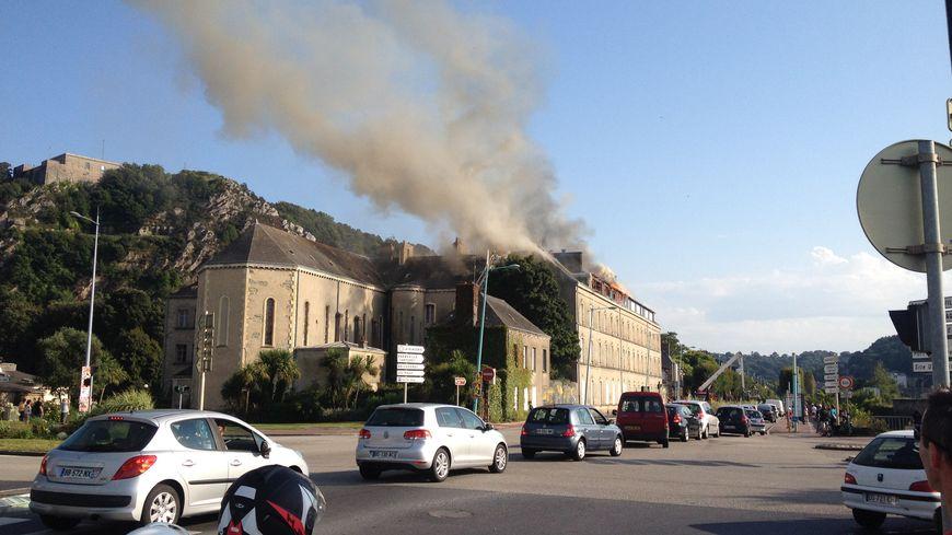 Le feu a pris sur la toiture du bâtiment vers 17h30.