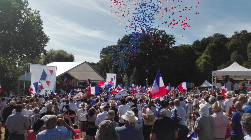 Les ballons bleu blanc rouge que regarde François Fillon sur la photo de Une de l'article. - Radio France