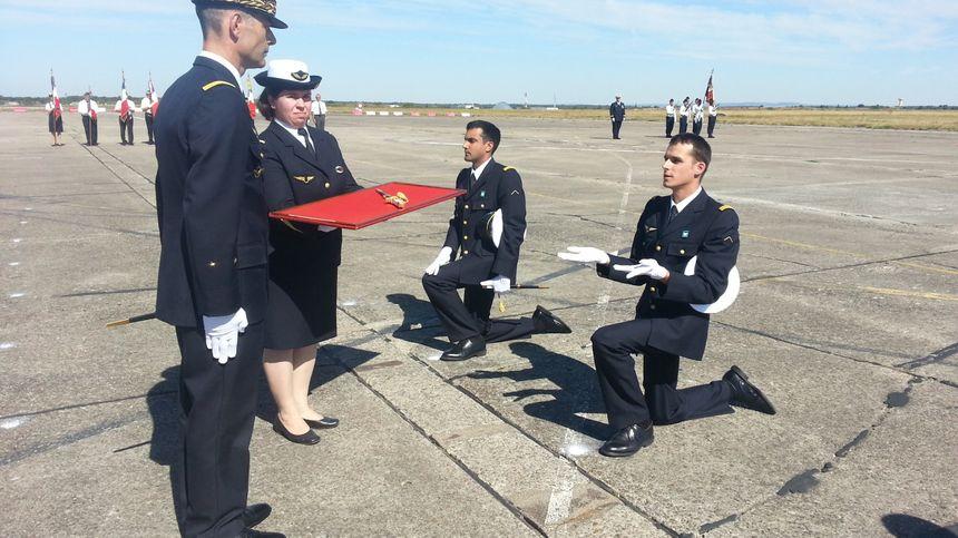 Les nouveaux officiers de l'armée de l'air reçoivent leur couteau - Radio France