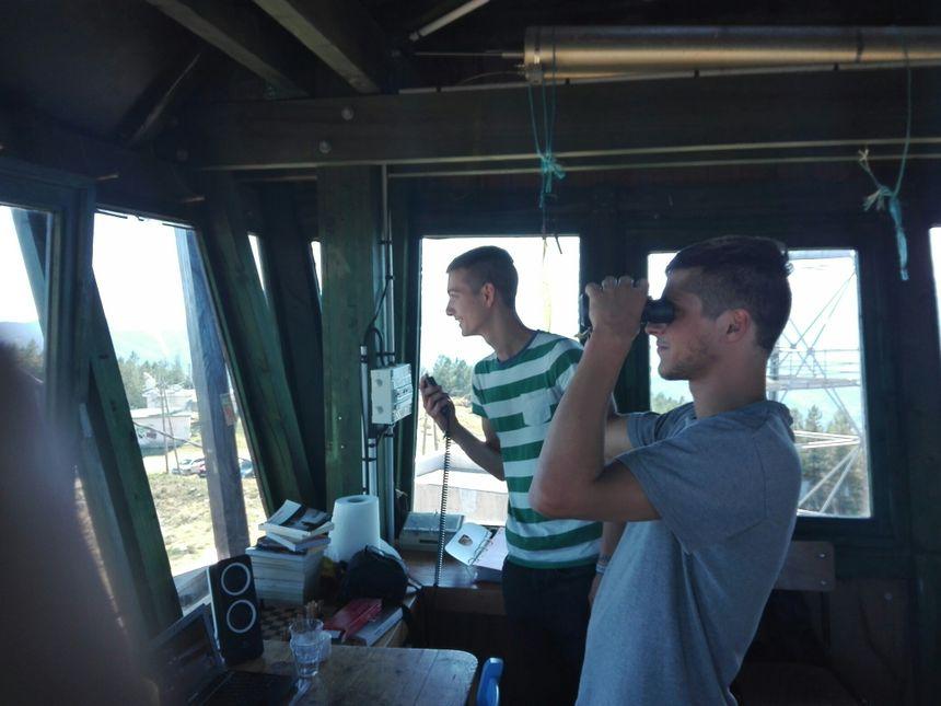 Les deux jeunes pompiers saisonniers à l'intérieur de la tour de guet - Radio France