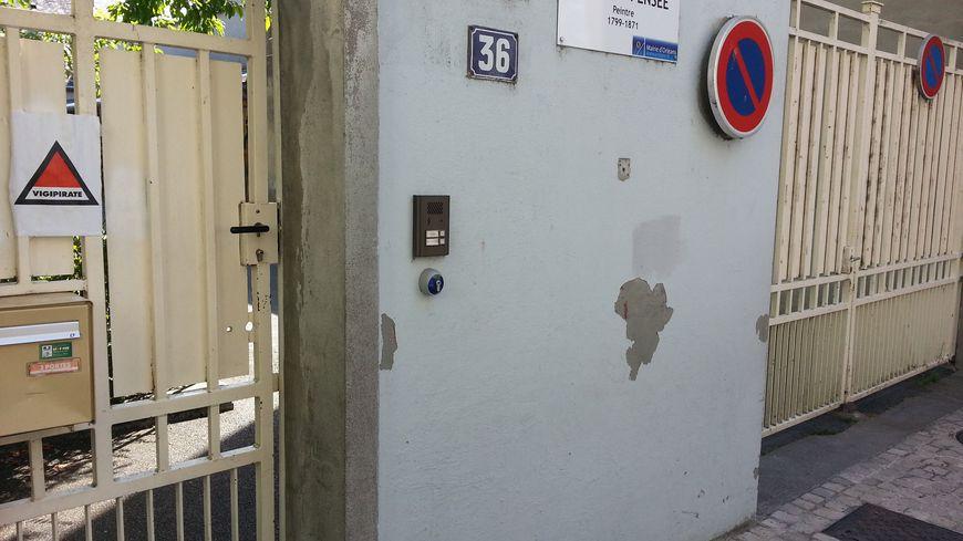 L'entrée de l'école élémentaire Charles Pensée, dans le centre-ville d'Orléans