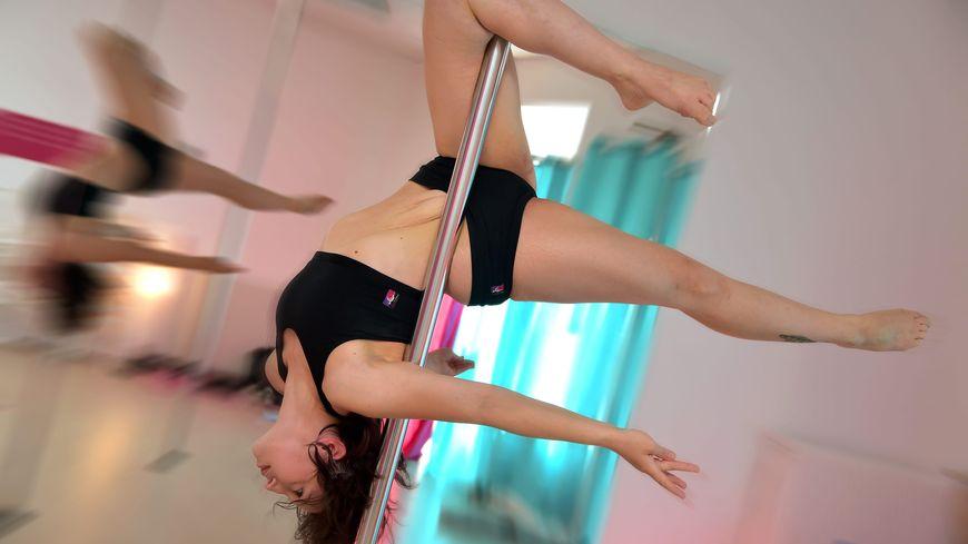 Un cours de pole dance