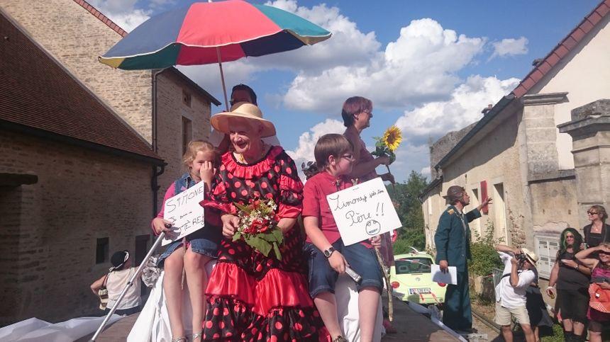 """Simone la """"cougar"""" a pris place pour la procession amoureuse dans le village - Radio France"""
