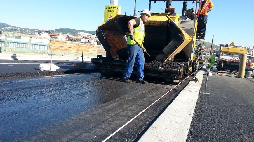 Les ouvriers terminent la pose de la couche de roulement sur le viaduc Saint-Jacques à Clermont-Ferrand.