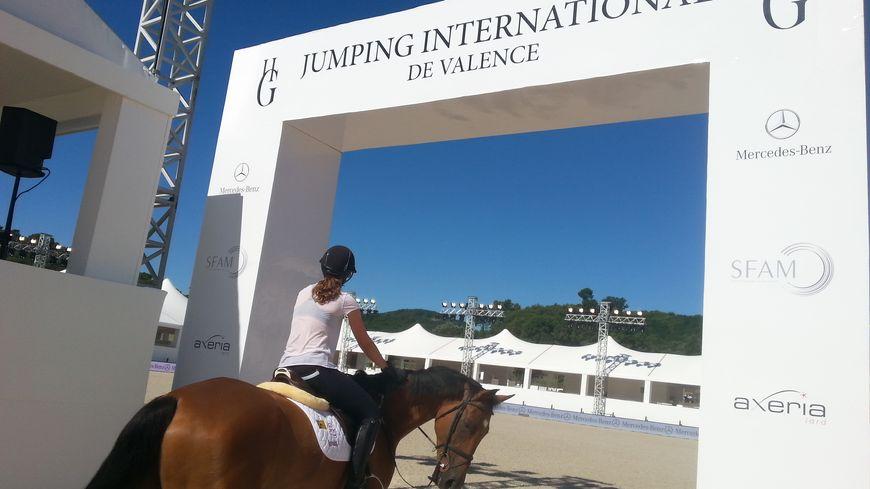 Une cavalière et sa monture s'apprêtent à tester la piste du Deuxième Jumping International de Valence.