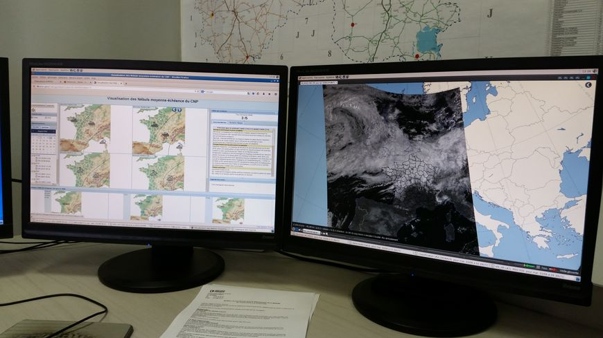 Les écrans des prévisionnistes du centre météorologique de Reims.