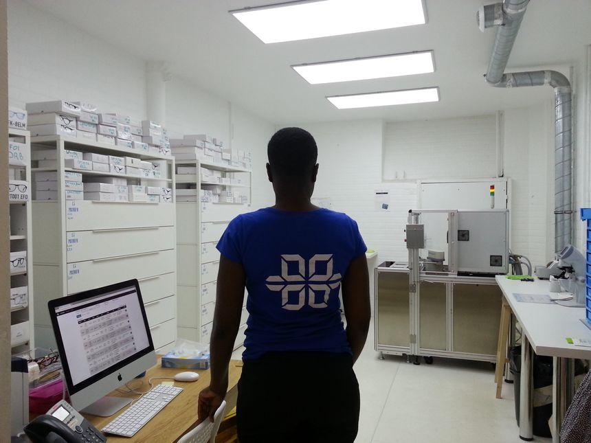 Le laboratoire d'optique se trouve juste en-dessous de la boutique - Radio France