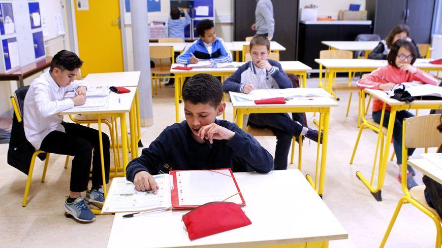 Il y aura en moyenne 28 élèves par classe au collège, 35 au lycée d'après les syndicats
