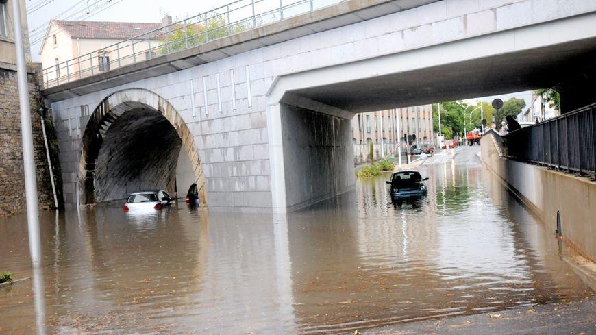 Route inondée à Nîmes après le passage d'un violent épisode pluvieux