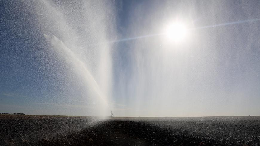 Irrigation de cultures céréalières en septembre (illustration).