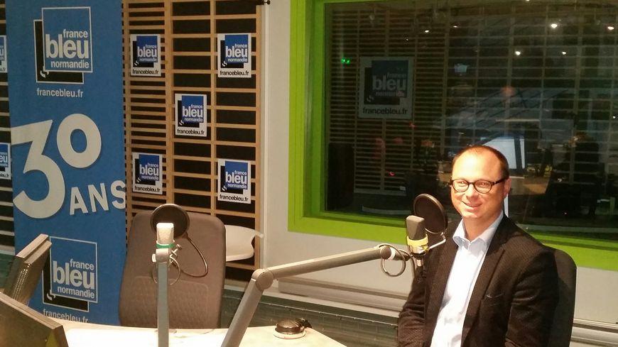 Nicolas Rouly dans les studios de France Bleu Normandie ce matin