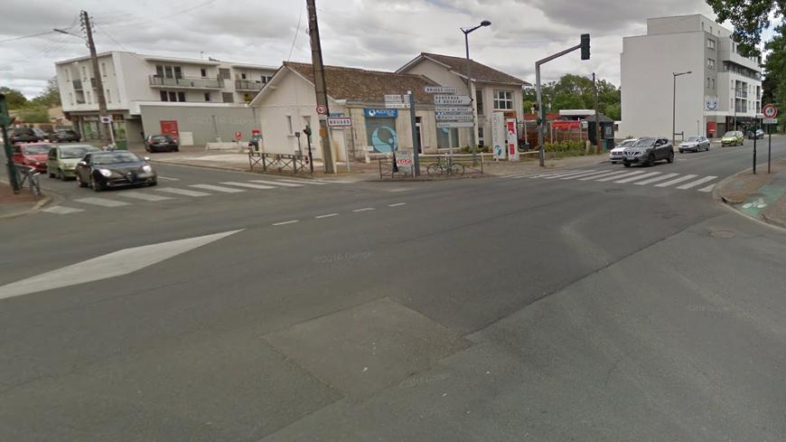 La collision a eu lieu à l'angle de la route du Médoc et de l'avenue de l'hippodrome à Bruges
