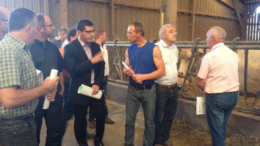 Les représentants de l'Etat en visite dans une exploitation agricole à Saint-Ouën-des-Toits.