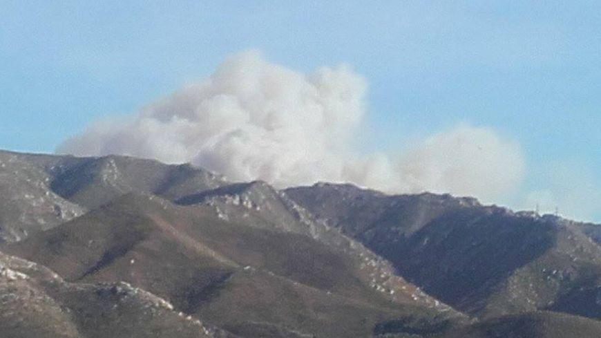 Le feu en cours sur le col de la Gineste.