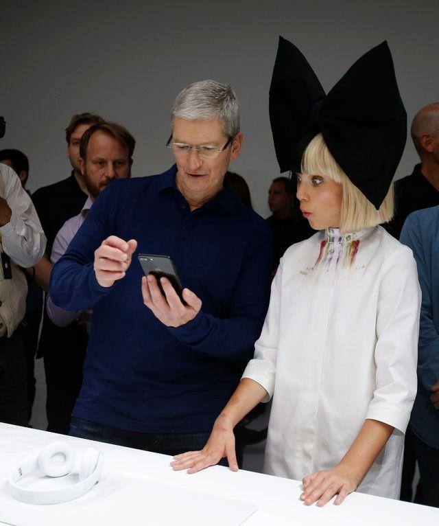 Le PDG d'Apple Tim Cook présente le dernier Iphone avec la danseuse américaine Maddie Ziegler lors de la soirée de lancement d'Apple au Civic Auditorium Bill Graham à San Francisco, Californie, États-Unis, 7 septembre 2016