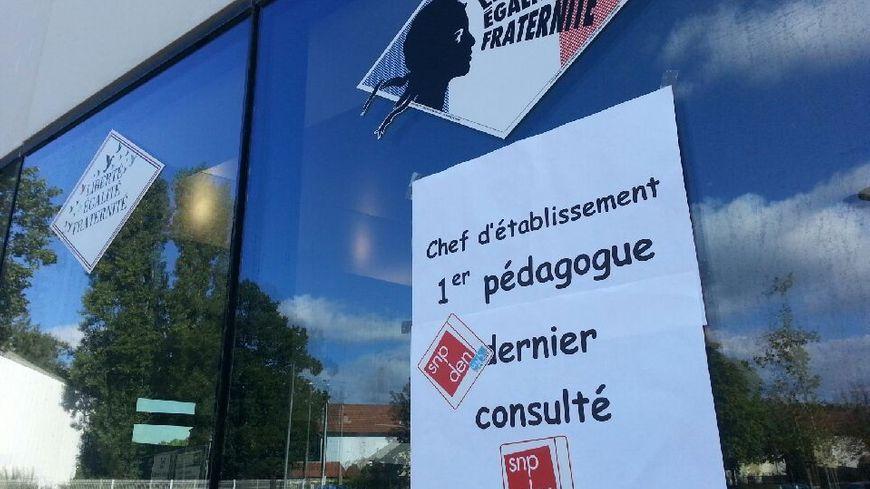 Les manifestants ont collé des affiches sur les vitres du rectorat