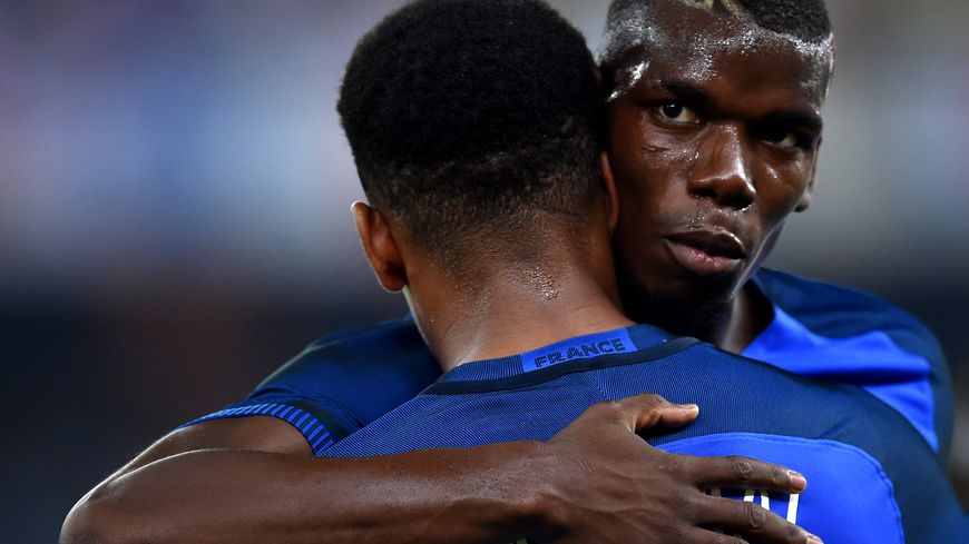 Paul Pogba félicite Anthony Martial après son but contre l'Italie