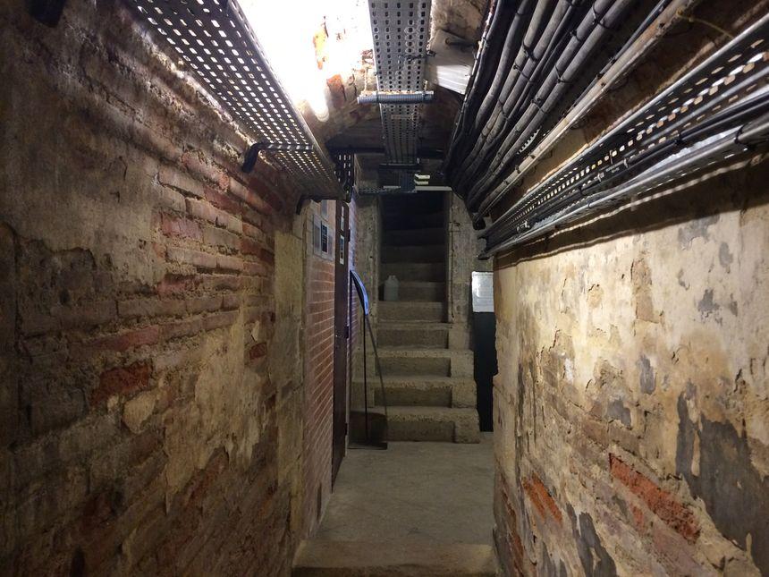 L'un des couloirs intérieurs du pont de pierre - Radio France