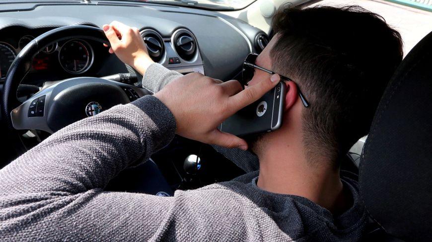 Un conducteur au téléphone