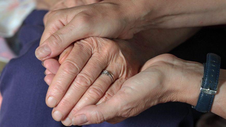 Sans aide extérieure, les conjoints des malades d'Alzheimer peuvent s'épuiser très vite, moralement et physiquement.