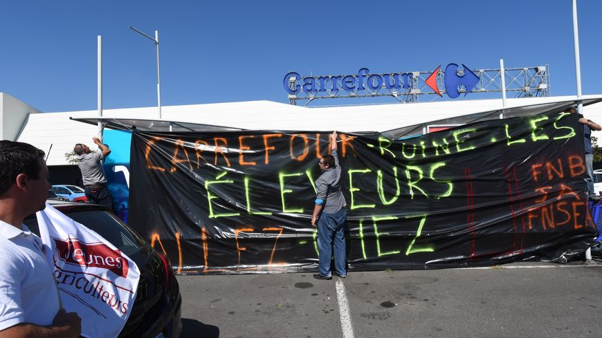 Nombreuses actions des éleveurs devant des magasins Carrefour ce mercredi. Comme ici à Lormont, près de Bordeaux.