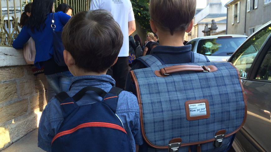 Enfants devant une école (illustration)
