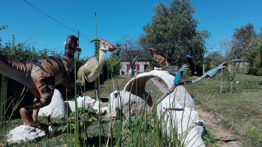 Attention ! Un parasaurolophus est au fond du jardin ! En l'occurence, l'herbivore n'est pas une menace. Le vélociraptor est beaucoup plus grand qu'il ne l'était en réalité.