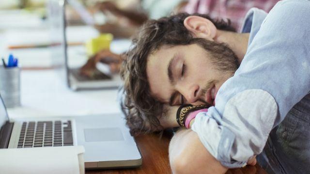 Jeune homme endormiil