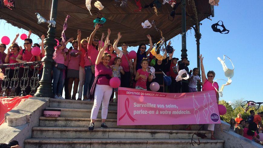 Un lancer de soutiens-gorge, ce samedi à Valence, pour favoriser le dépistage du cancer du sein.