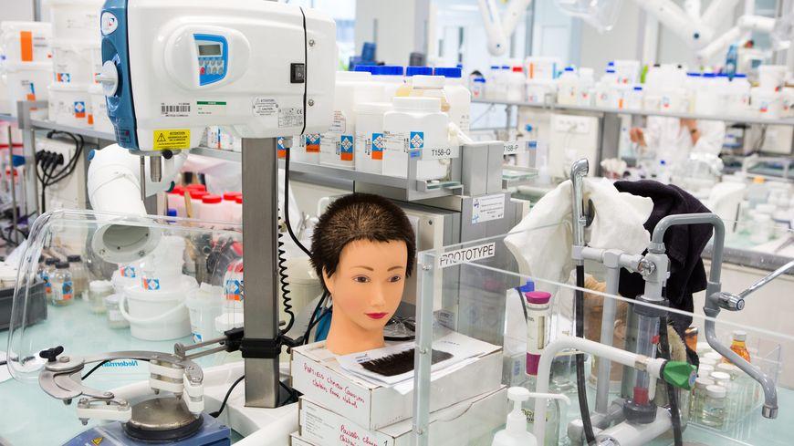 Laboratoire du centre mondial sur la recherche capillaire du groupe L'Oréal près de Paris