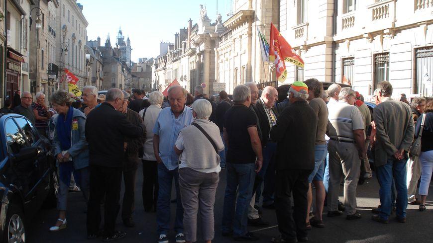 Les retraités manifestent rue de la Préfecture à Dijon