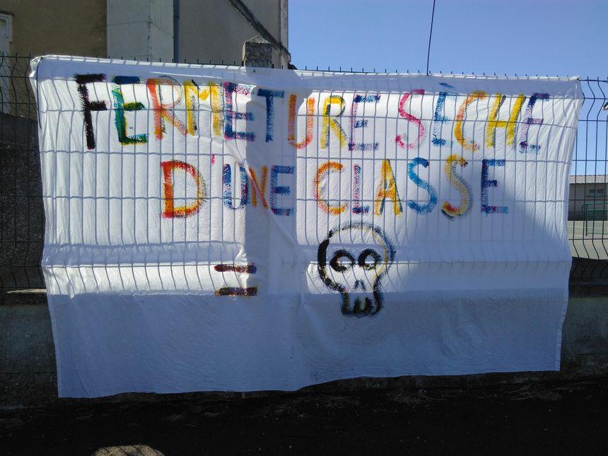 Une banderole sur les grilles de l'école - Radio France