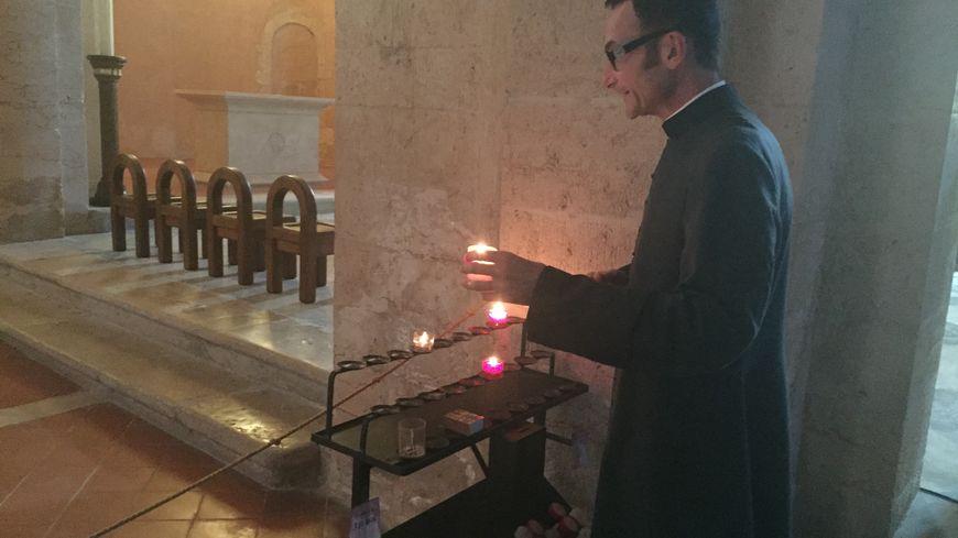 Le père Alain Ottonello, soutien de la première heure de Wilum.net, le site qui permet de faire allumer un cierge à distance