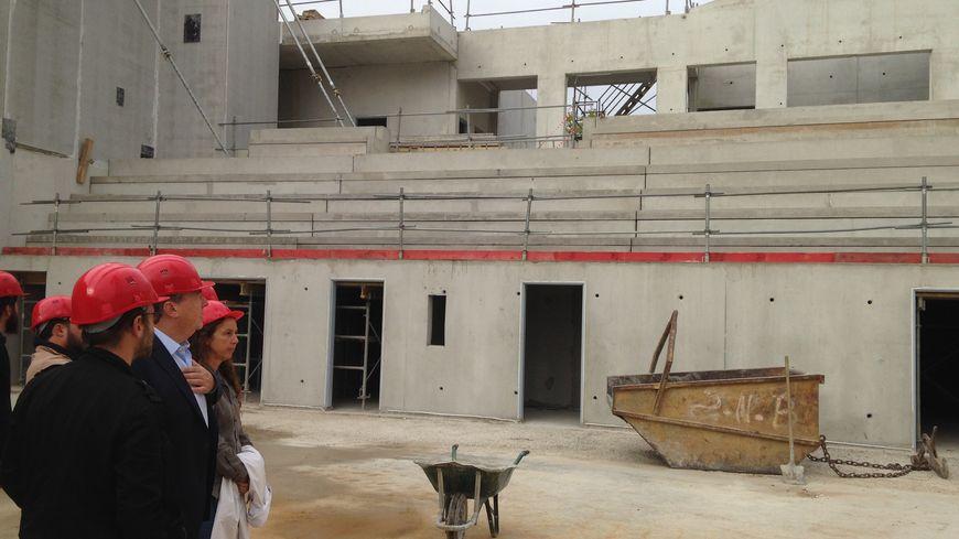 Olivier Carré, le maire d'Orléans, est venu visiter le chantier du futur complexe sportif L'Argonaute.