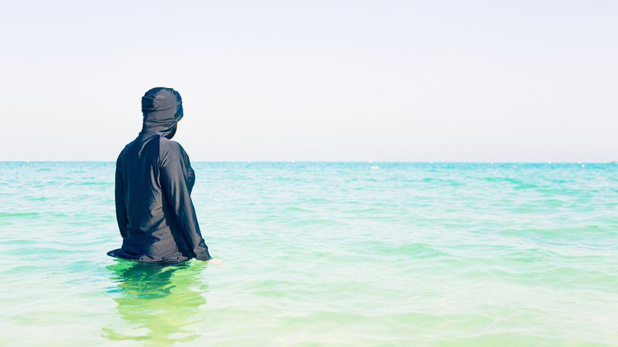 Femme en burkini sur une plage de Dubai (illustration)