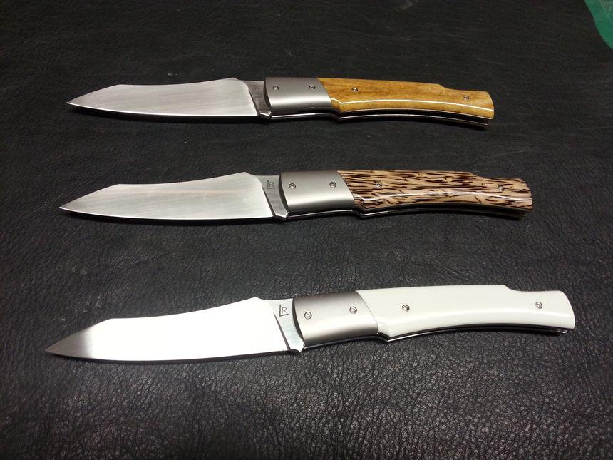 3 couteaux pliants  liIdéfix (en os de chameau, palmier stabilisé, synthétique G10)  - Radio France
