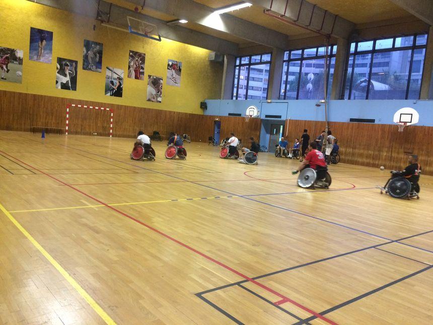 L'une des équipes de CapSaaa à l'entraînement, mercredi soir, au gymnase Emile-Antoine - Radio France